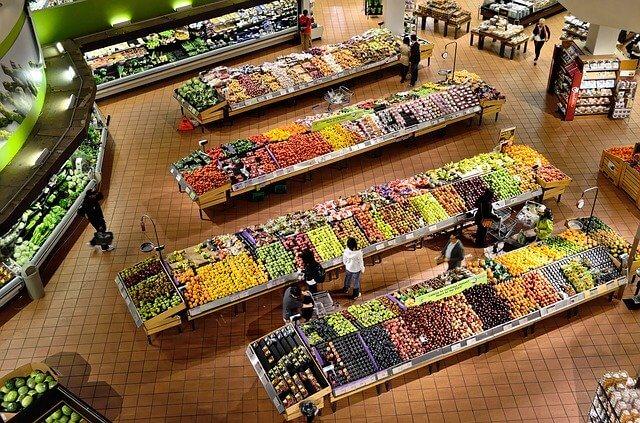 スーパーで買物する人