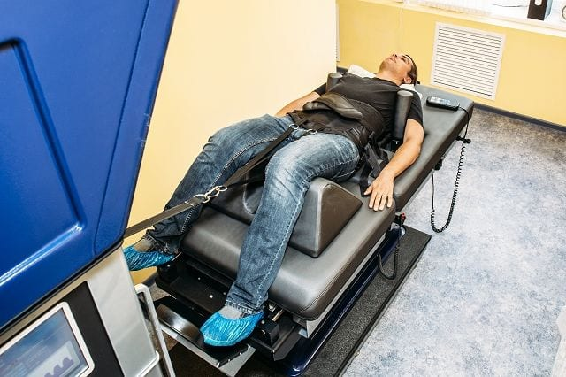 Mittels einer Dekompressionsbank wird die Wirbelsäule gestreckt. Eine vorhandene Bandscheibenvorwölbung wird durch die Entlastung der Bandscheibe verkleinert. Dies führt zu einer Minderung des Druckes auf den betroffenen Nerv und führt unmittelbar zu einer Verbesserung der Schmerzsituation.