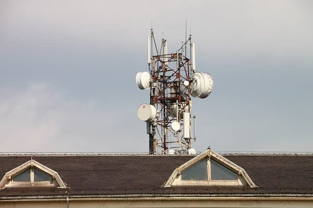 There is not enough distance between this cell tower and building to be considered safe.