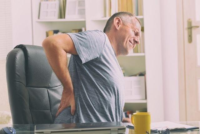 Die große Verbreitung von Kreuzschmerzen rührt von den hohen Belastungen, die die Lendenwirbelsäule aufnehmen muss.