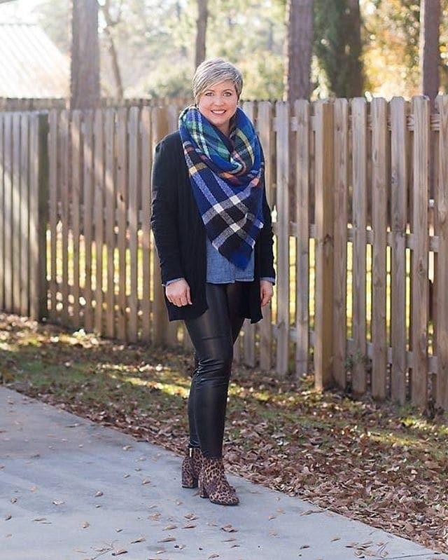 Winter essentials - Fonda wears a long cardigan | 40plusstyle.com