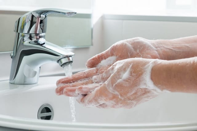 Dengan rajin mencuci tangan Anda akan terhindar dari berbagai macam penyakit