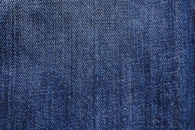 Pilih bahan warna gelap pada celana jeans