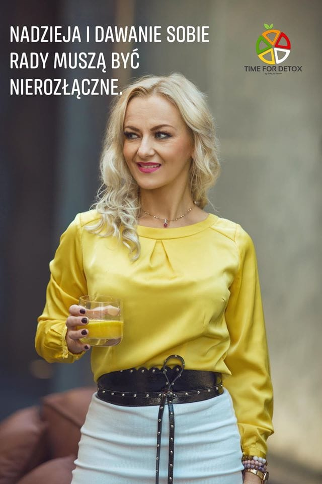 Blondynka w zoltej koszuli