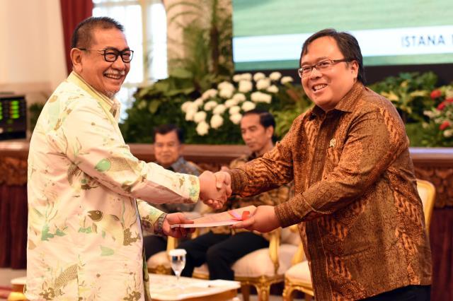 Menteri PPN/Kepala Bappenas bersalaman dengan Wagub Jawa Barat dalam acara Financial Closing Pembiayaan Investasi Non Anggaran Pemerintah (PINA) dan Launching PPP Book 2017, di Istana Negara, Jakarta, Jumat (17/2) pagi. (Foto: Humas/Rahmat)