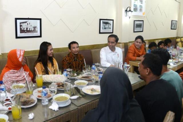 Presiden Jokowi sejenak berdiskusi sambil mengajak makan warga dalam kunjungan kerja di Cirebon, Jawa Barat (13/4). (Foto: Setpres/BPMI)