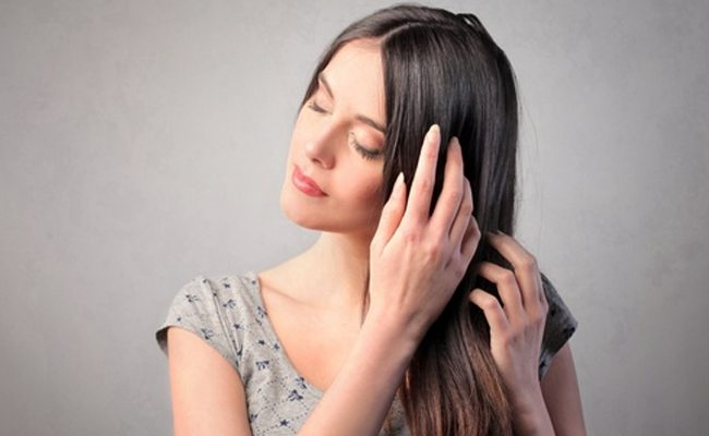 thoa serum dưỡng tóc