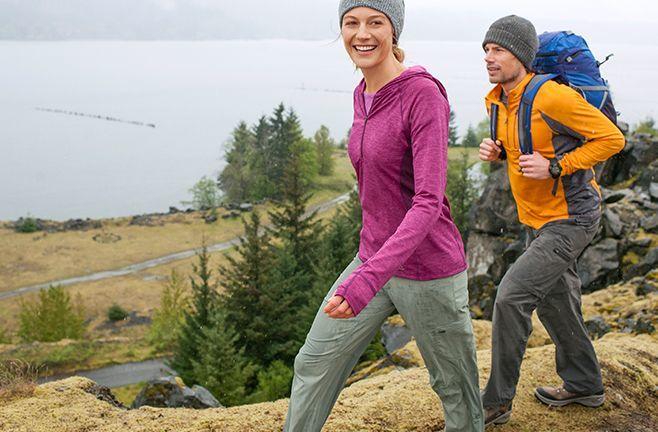 tips pendaki wanita memilih sandal