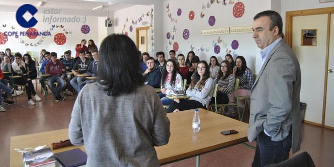 El escritor Lorenzo Silva se reúne con alumnos del IES Tomás y Valiente