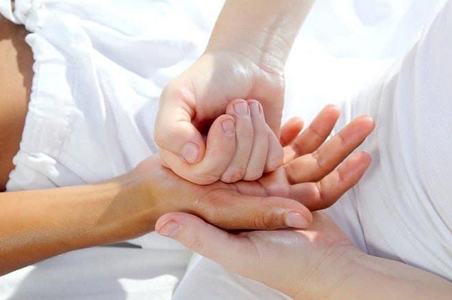 jak poprawnie wykonać masaż dłoni