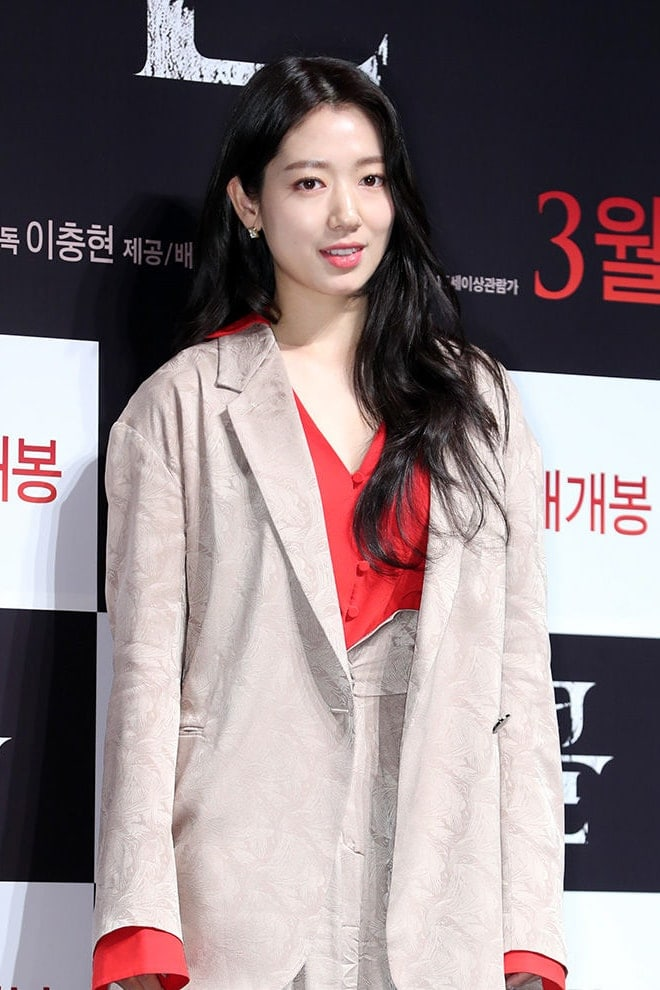 Park Shin-Hye's Outfit at 'Call' press conference on February 17, 2020