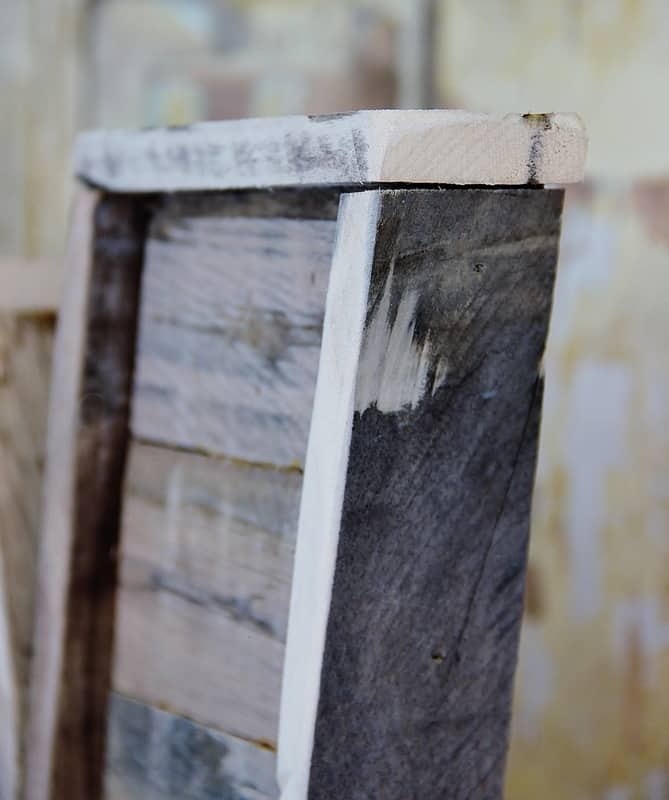 The outline of this pallet wood letter is rustic and vintage looking.