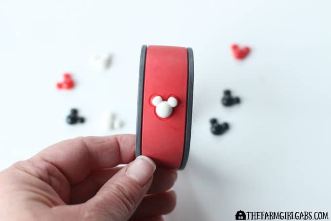 If you are heading to Walt Disney World Soon, check out how to make these fun Blinged-Out Magic Bands! It's a very simple craft anyone can do. #DisneySMMC #crafts