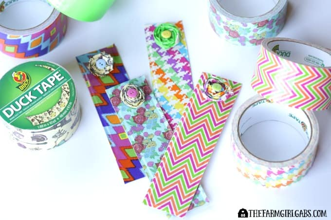 Back to school season is in full swing. These Duck Tape® Flower Bookmarks are a fun craft for kids and adults to celebrate reading, a good book and a new school year. AD #DuckToSchool