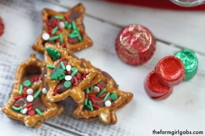 Christmas Pretzel Candy Sandwiches - Two Ways! A little bit sweet, a little bit salty and oh so good! These pretzel candy sandwiches are a sweet treat.