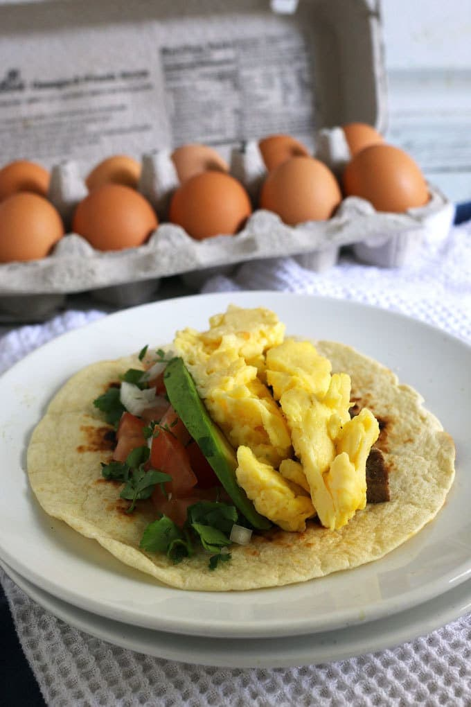 Steak and egg breakfast tacos are a great spin on a traditional diner breakfast. Add your favorite taco toppings! Also great for Father's Day morning and steak lovers! | honeyandbirch.com