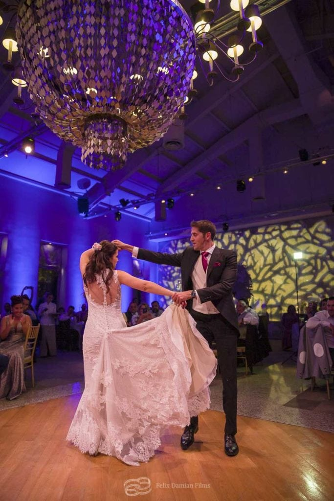 novios bailando en la boda