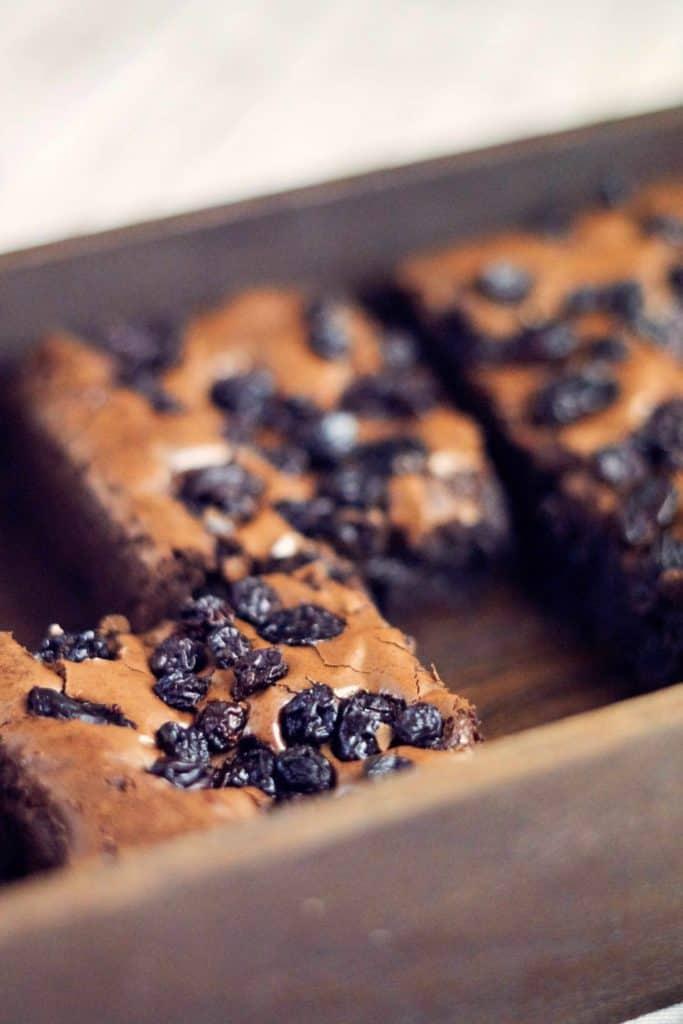 Schwedischer Brownie mit Früchten