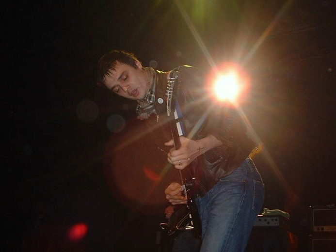 Photograph of musician Pete Docherty of the Libertines playing guitar