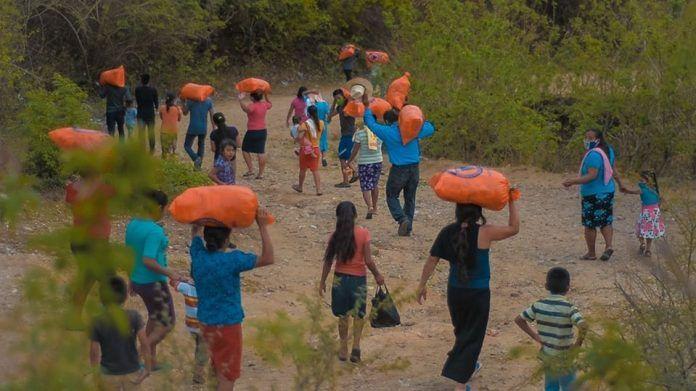 Familias proteando víveres en Gualán