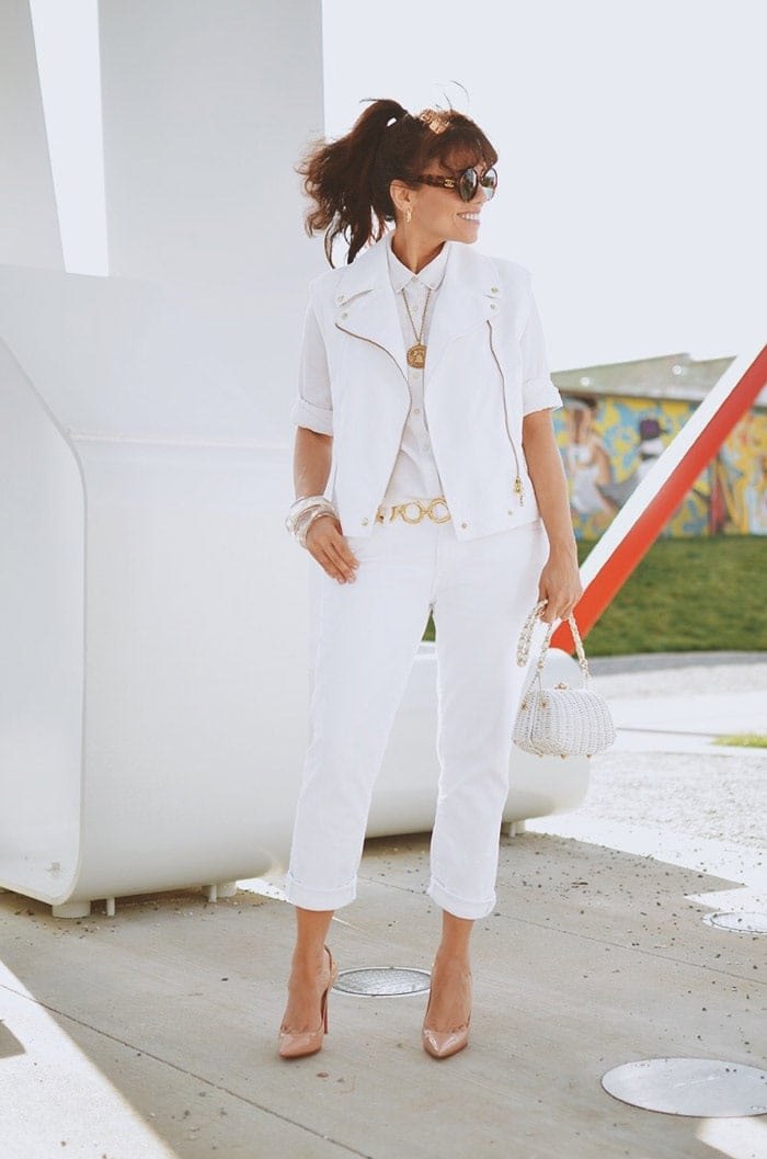 Carelia's all-white outfit | 40plusstyle.com