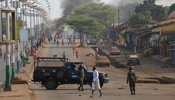 A Conakry, sur l'axe du prince, à Hamdalaye, des jeunes affrontent les forces de l'ordre, le 20 février 2017, en Guinée. © RFI/Coralie Pierret