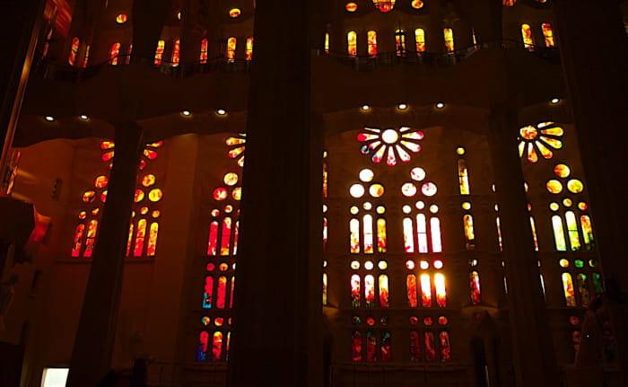 夕陽に燃えるサグラダファミリア西側のステンドグラスの画像