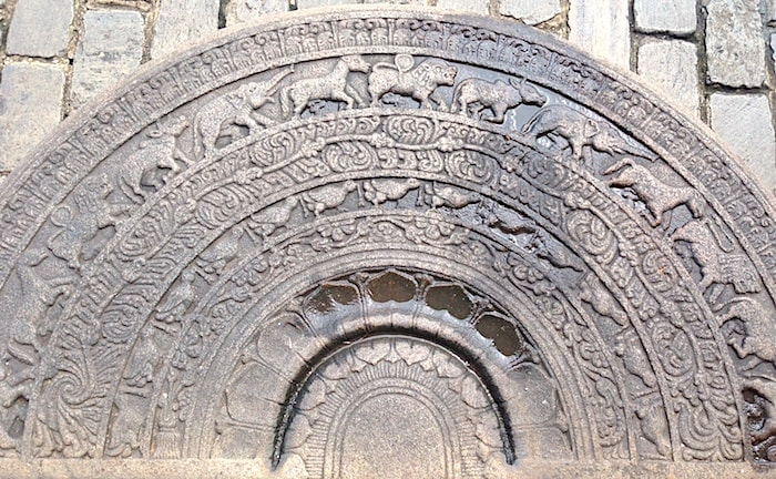 寺院入り口にあるムーンストーン画像