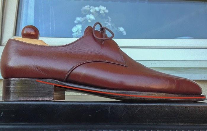 Här en sko på Vass U-läst, som också har låg toe spring, men dock med en högre klack vilket gör att skon inte behöver böjas ihop lika mycket, då vinkeln mellan de två ytterspetsarna på linjen är lägre.