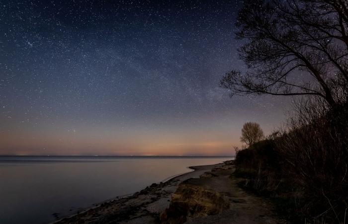 Milchstrasse mit der Canon EOS R & dem Sigma 20mm fotografiert über der Steilküste von Meschendorf