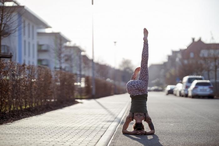 urbanes Yoga Fotoshooting auf der Straße mit Frederike Fernández Canon EOS R & Canon RF 85mm f1.2