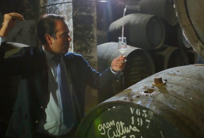 シェリー酒を樽から注いでいる画像
