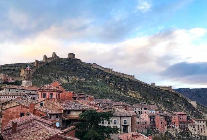城壁が街を囲う画像