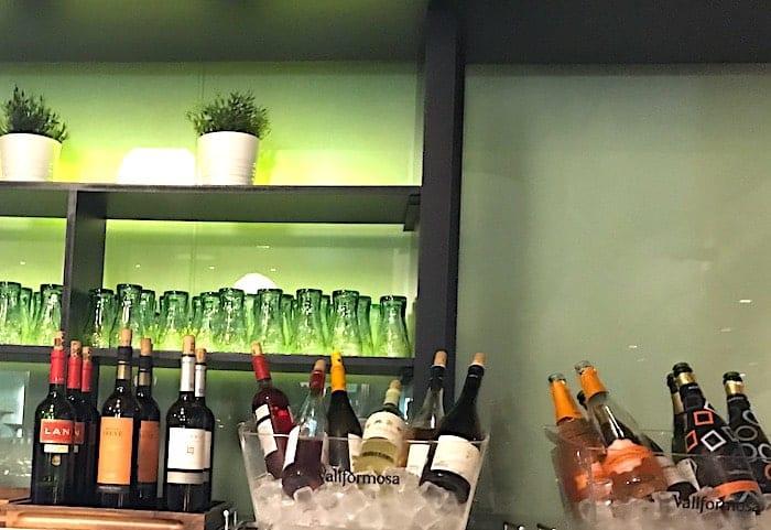 ラウンジ内のワインの画像