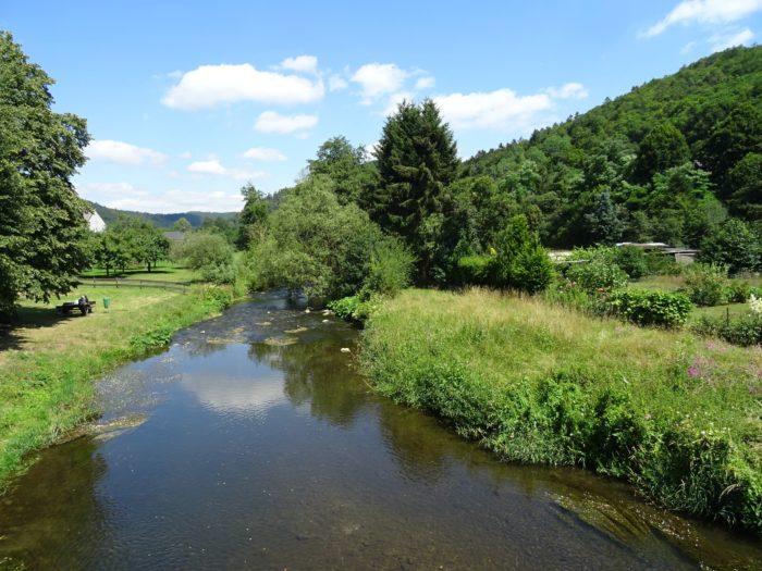 Eingeengter Flusslauf der Ahr innerhalb der Ortslage von Antweiler
