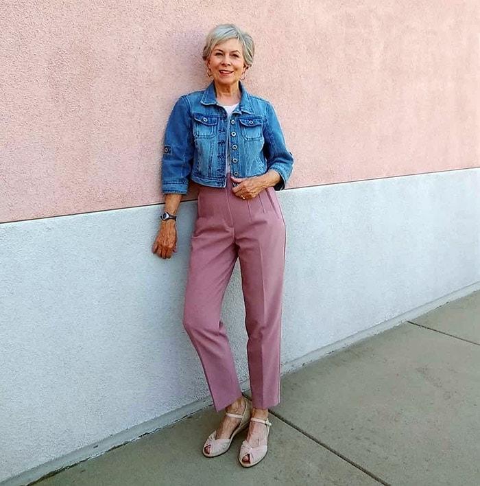 Eileen con chaqueta vaquera y pantalones rosas    40plusstyle.com