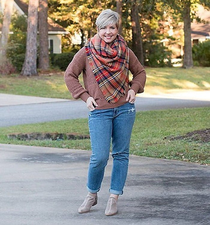 Natural style - Fonda in jeans and a check scarf | 40plusstyle.com