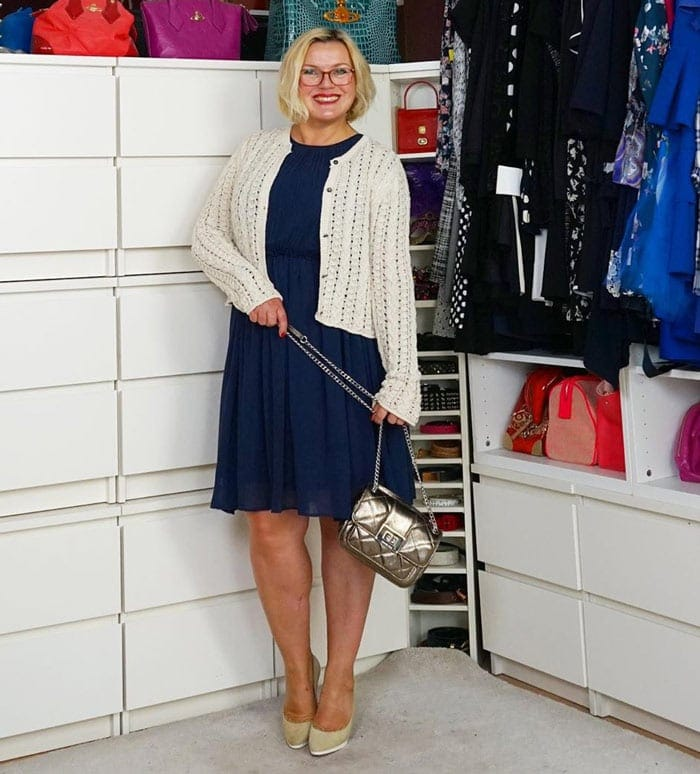 Katharina wears a navy and cream outfit | 40plusstyle.com