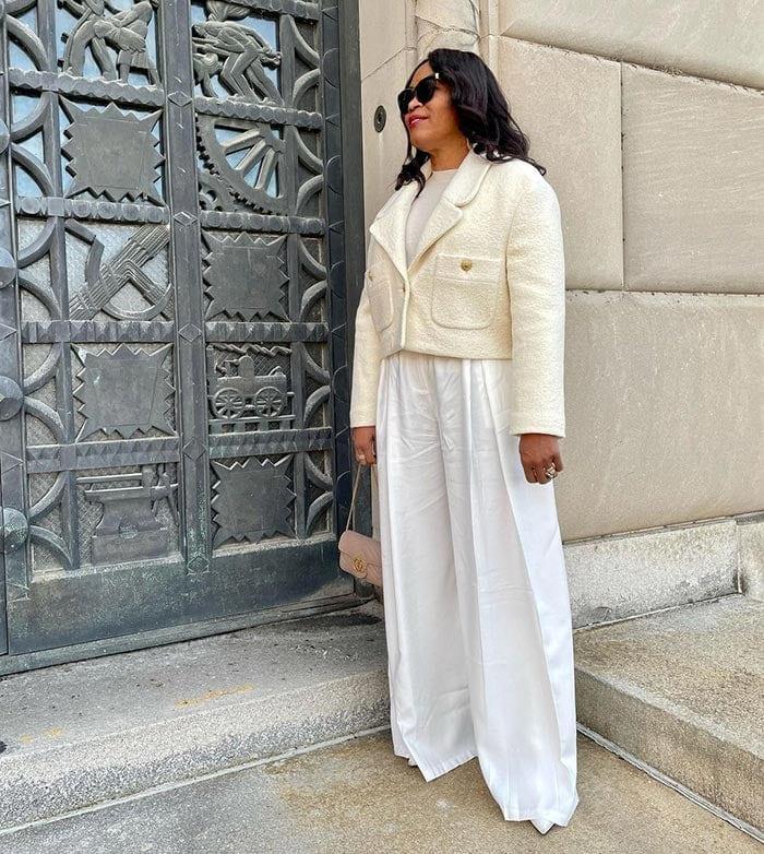 Eugenia con una chaqueta color crema    40plusstyle.com