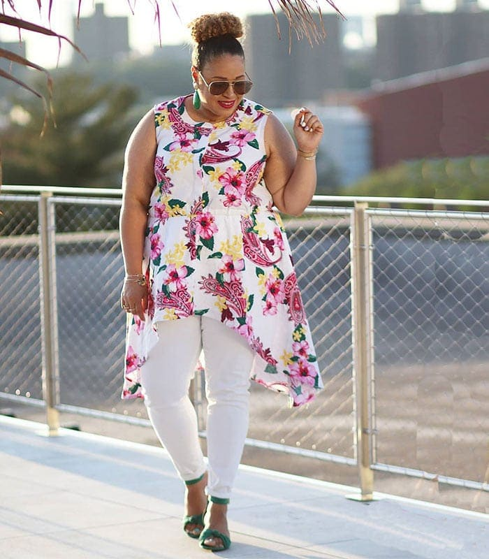Sandra wears a pair of jeans and a floral top | 40plusstyle.com