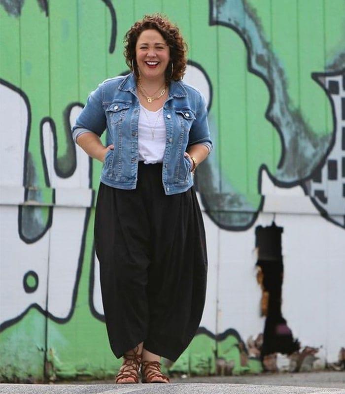 Alison viste una chaqueta vaquera y pantalones harén    40plusstyle.com