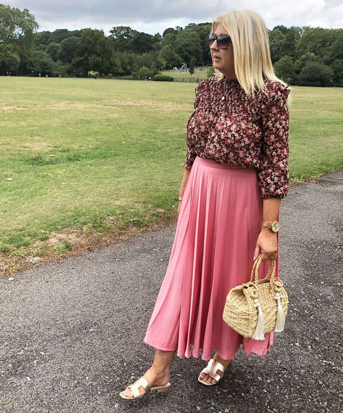 How to wear pink - Mimi wears a pink pleated skirt | 40plusstyle.com