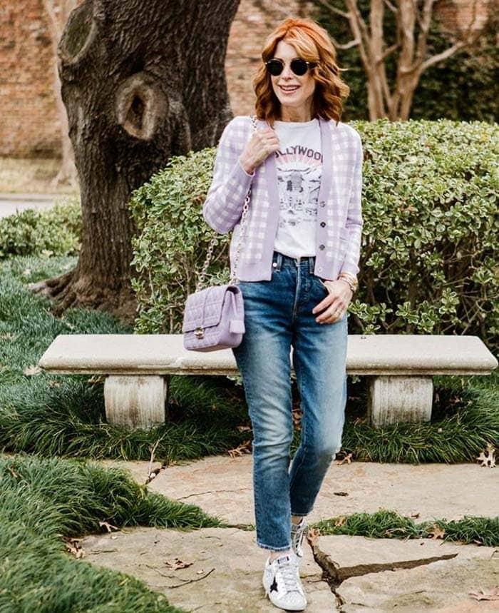 Cathy con un cárdigan corto a cuadros y jeans    40plusstyle.com