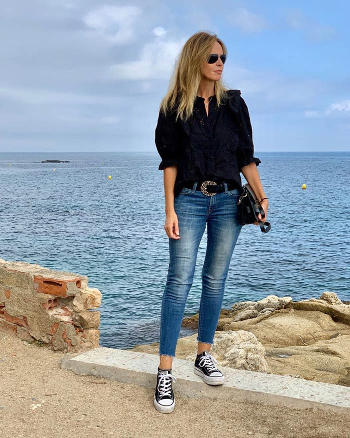 wearing cropped jeans with sneakers | 40plusstyle.com