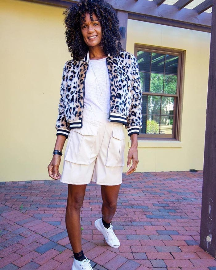 Diane con una chaqueta bomber con estampado de leopardo    40plusstyle.com