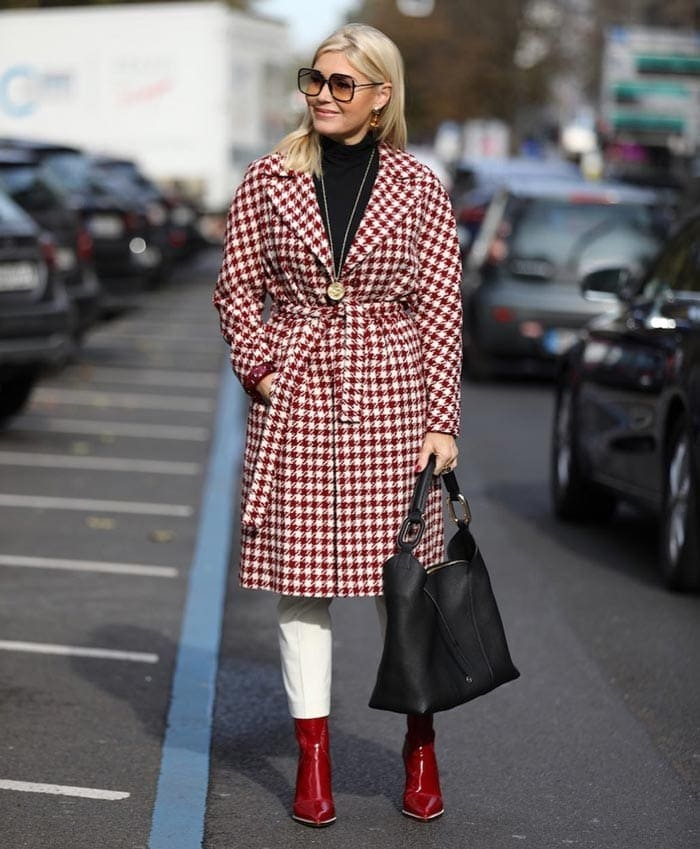 wear a statement coat to look stylish in winter | 40plusstyle.com