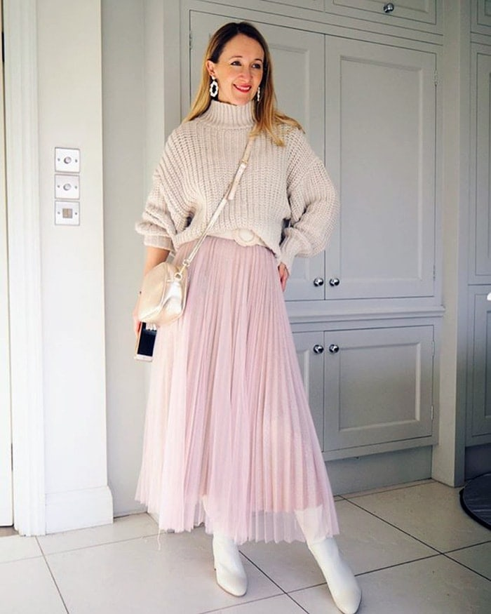 a pink and neutral outfit for the romantic style personality | 40plusstyle.com