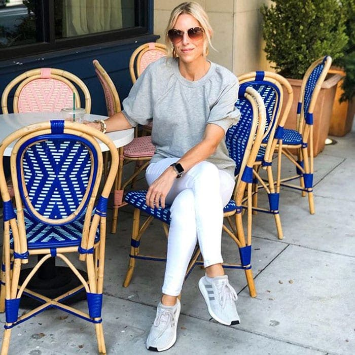 sneakers and white jeans outfit | 40plusstyle.com