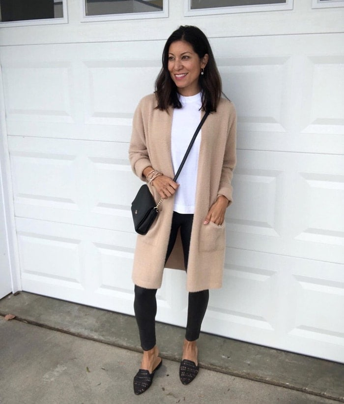 wearing tan, black and white is a classic combination | 40plusstyle.com