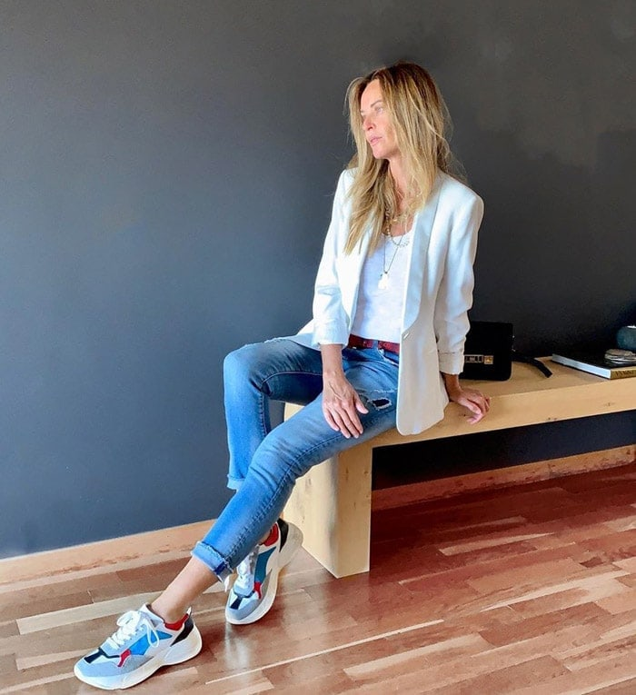 How to wear sneakers with jeans and a blazer | 40plusstyle.com